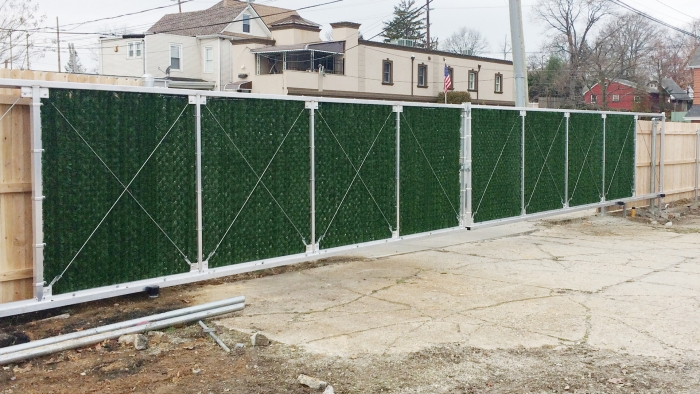 Chain Link Aluminum Cantilever Gate with Privacy Hedge